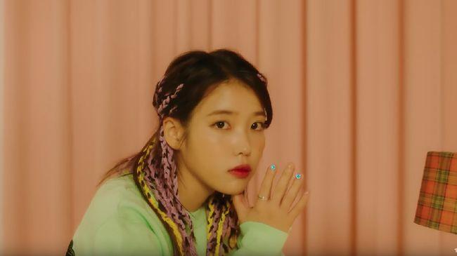 IU menguasai tangga musik Korea berkat lagu tema Crash Landing on You yang bertajuk I Give You My Heart.