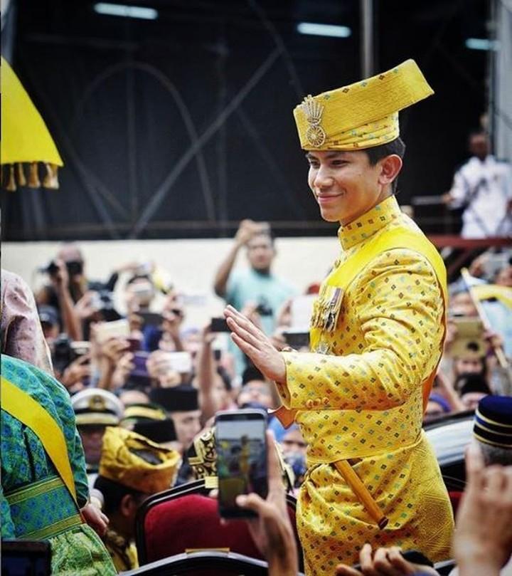 <p>Lihat saja pesonanya ketika menggunakan pakaian tradisional Brunei Darussalam. Terlihat lebih ganteng enggak, Bun? (Foto: Instagram @tmski)</p>