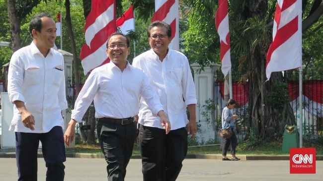 Mantan Mensesneg Pratikno bersama mantan aktivis Fadjroel Rahman dan peneliti Nico Harjanto kompak mengenakan baju putih saat mendatangi Istana Negara siang ini