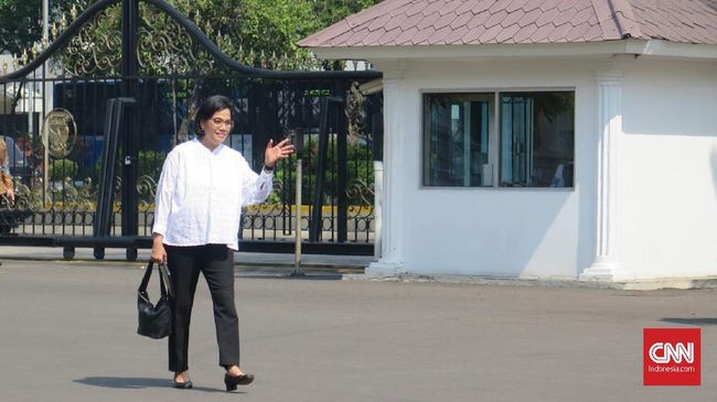 Eks Menteri Keuangan Sri Mulyani Indrawati datang mengenakan kemeja putih lengan panjang dan celana hitam seperti tokoh yang datang sehari sebelumnya.