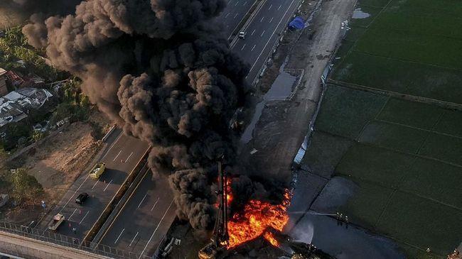 Kebakaran pipa minyak di lokasi proyek kereta cepat Jakarta-bandung berhasil dipadamkan selama dua jam. Petugas mengerahkan 20 unit mobil pemadam kebakaran.