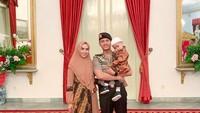 <p>Si ajudan ganteng Jokowi yang satu ini berkesempatan mengajak keluarga kecilnya untuk ke Istana Negara. Semoga langgeng terus ya! (Foto: Instagram @syrfxvii)</p>