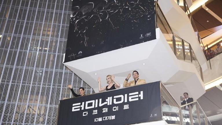 Mackenzie Davis, Gabriel Luna, dan Natalia Reyes menyapa para penggemar dari atas balkon.