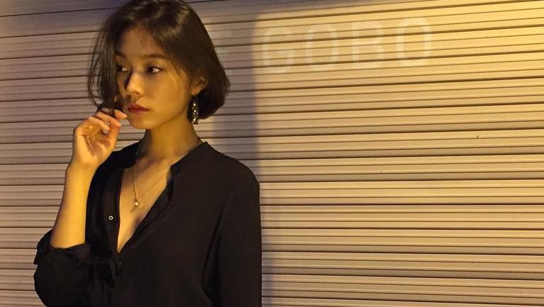 Siapa sangka, ternyata Go Sohyun ternyata juga seorang model beberapa merek terkenal.