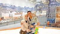 <p>Kali ini lengkap mengajak Arsen dan istrinya untuk main salju di Trans Snow World Bekasi. (Foto: Instagram @syrfxvii)</p>