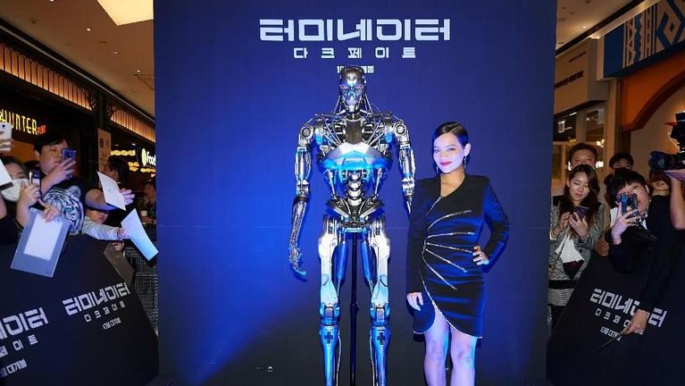 Mengenakan gaun hitamnya, Natalia Reyes terlihat cantik bergaya di sebelah ikon film Terminator: Dark Fate.