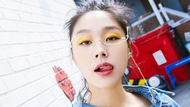 Dalam video klip itu, ia menjadi seorang siswi yang ceritanya diperebutkan para anggota BTS.