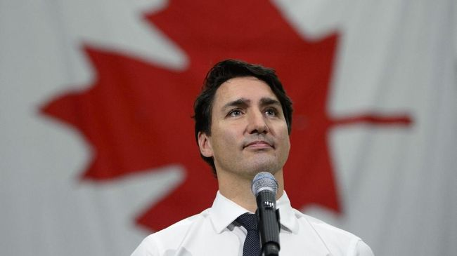 Liberal leader and Prime Minister Justin Trudeau makes a campaign stop at the Hamilton Fire Department's administration and training academy in Hamilton, Ont. on Saturday Oct. 19, 2019. (Sean Kilpatrick/The Canadian Press via AP)