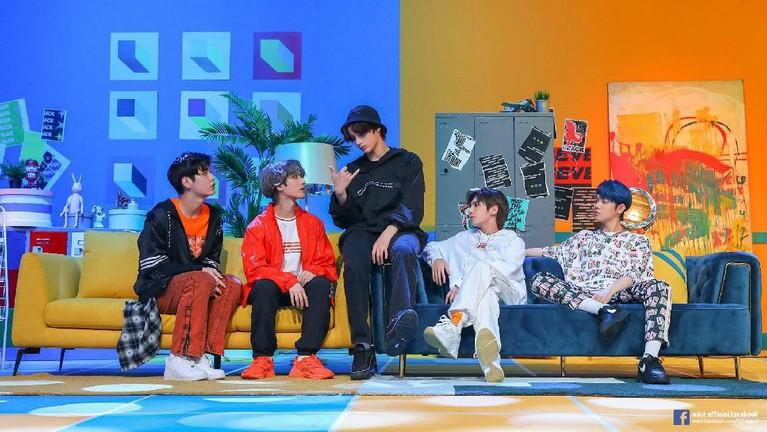 Enam fakta lightstick boygrup asal Korea Selatan, TXT, yang tengah mencuri perhatian publik lantaran dinilai mencontek lightstick milik SHINee.
