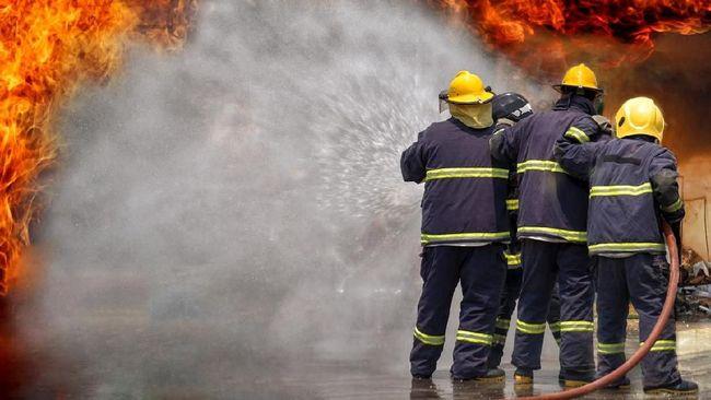 Lima orang dilaporkan tewas dalam insiden kebakaran yang melanda sebuah pabrik produksi vaksin terbesar di India barat pada Kamis (21/1).