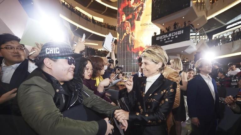 Linda Hamilton dengan ramah menjabat tangan salah satu penggemar saat acara red carpet.