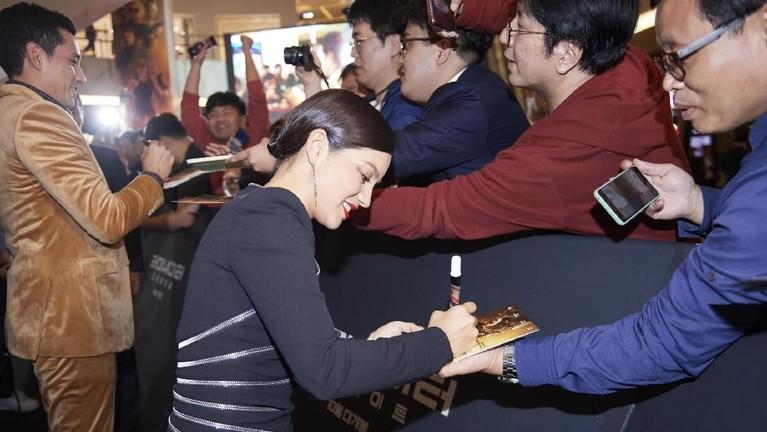 Natalia Reyes juga membagikan tanda tangannya pada penggemar yang setia menanti.