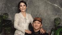 <p>Puput mengenakan kebaya berwarna putih dipadu kain batik. Sementara Ahok memakai beskap hitam, kain batik, dan blankon. (Foto: Instagram @fdphotography90)</p>