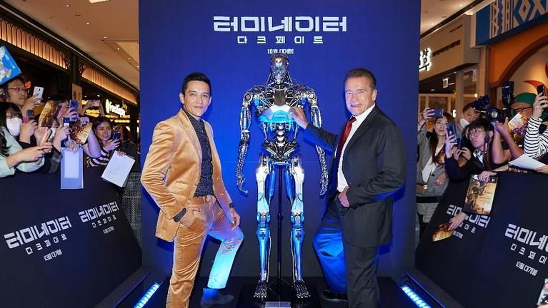 Begitu pun denganArnold Schwarzenegger danGabriel Luna terlihat berpose di antara replika robot Terminator.