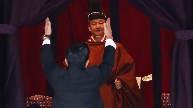 Kaisar Jepang, Naruhito dan keluarga tidak akan menyapa warga saat perayaan Tahun Baru dari balkon istana untuk mencegah penyebaran virus corona.