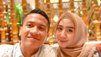 <p>Malam Minggu bersama istri tercinta. Romantis banget nih, Bun, karena Syarif memuji istrinya sebagai mahkotanya dan amanat dari Allah SWT. (Foto: Instagram @syrfxvii)</p>