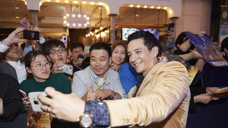 Gabriel Luna dengan senang hati melakukan swaforo dengan para penggemar di Korea Selatan.