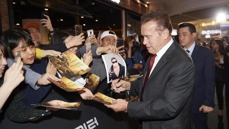 Arnold Schwarzenegger juga tak ketinggalan untuk memberikan tanda tangannya pada para penggemar.