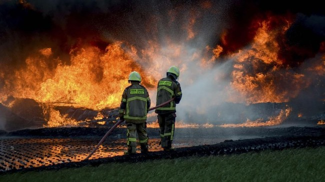 Pipa Pertamina terbakar di Cimahi, Jawa Barat, Selasa (22/10), dekat proyek Kereta Cepat Indonesia China (KCIC) Jakarta-Bandung. Seorang operator tewas.