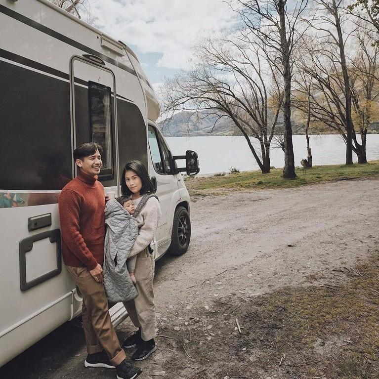 Tarra dan sang istri tak lupa untuk membagikan keseruan liburan mereka di Instagram.