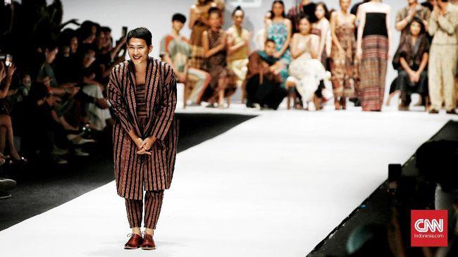 Desainer Oscar Lawalata menjadi perbincangan setelah ibunya, Reggie mengumumkan bahwa putra pertamanya itu memutuskan untuk menjadi perempuan.
