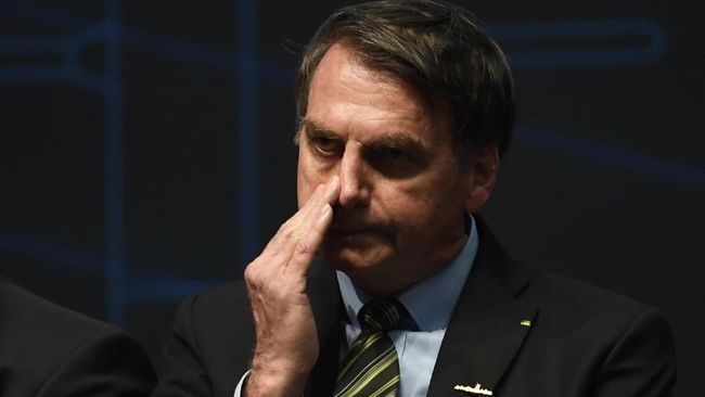 Brazilian President Jair Bolsonaro gestures during the ceremony marking the assembly of the parts of Brazil's new Navy submarine Humaita (SBR-2), at the Itaguai Navy Complex in Rio de Janeiro, Brazil, on October 11, 2019. (Photo by MAURO PIMENTEL / AFP)