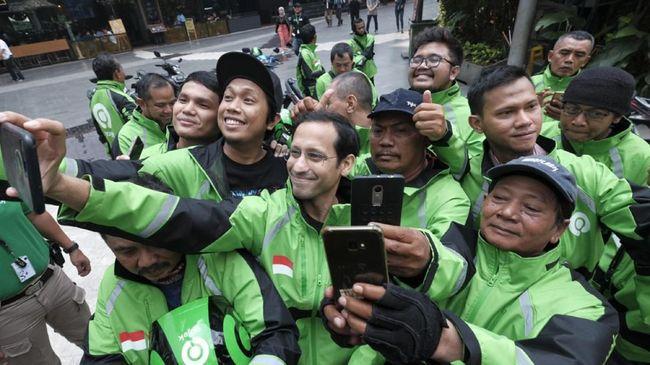 Mitra pengemudi online roda dua dan roda empat menyambut gembira atas terpilihnya pendiri Gojek Nadiem Makarim sebagai salah satu menteri Jokowi.