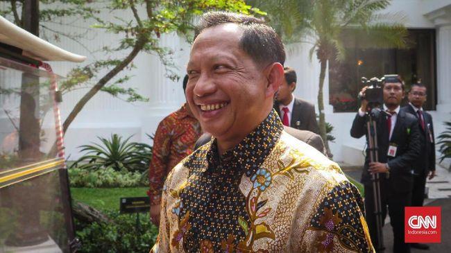 Menteri Dalam Negeri Tito Karnavian mendengar informasi jika Kabareskrim Komjen Idham Aziz dipilih menjadi Kapolri, di Kompleks Istana Kepresidenan Jakarta, Rabu (23/10).