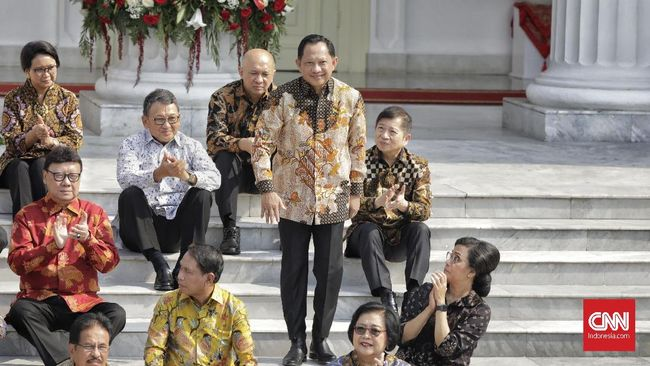 Mendagri Tito Karnavian dinilai memiliki tantangan untuk melawan politik nepotisme atau politik 'konco' jika hendak mengubah gaya feodalisme pemerintah daerah.