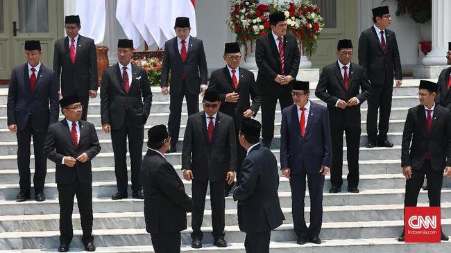 Foto bersama jajaran menteri Kabinet Indonesia Maju yang baru dilantik di tangga beranda Istana Merdeka, Jakarta, Rabu (23/10/2019). (CNN Indonesia/Adhi Wicaksono)