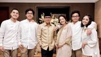 <p>Meski tengah hamil besar, Gista Putri terlihat setia mendampingi sang suami Wishnutama saat pelantikan Kabinet Indonesia Maju. (Foto: Instagram @wishnutama)</p>