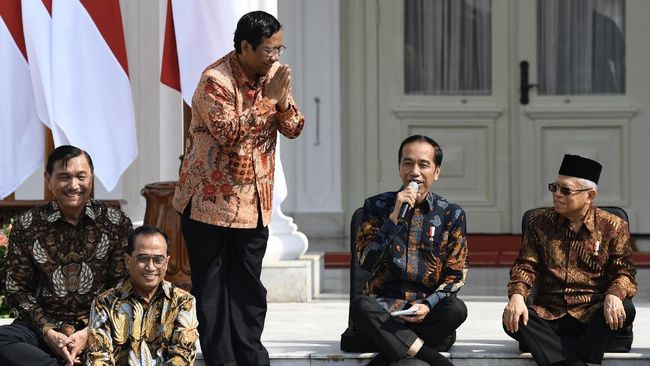 Mahfud MD berbegas menuju kantor Kemenkopolhukam untuk serah terima jabatan dari Wiranto. Di kantor barunya, Mahfud disambut hangat pegawai.