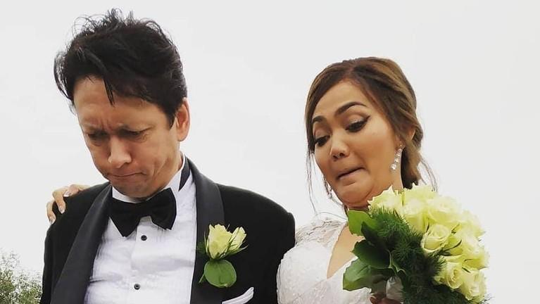 22 Oktober menjadi tanggal yang bersejarah bagi pasangan Rina Nose dan Josscy. Pasalnya telah berlangsung hari pernikahan mereka yang digelar di Belanda.
