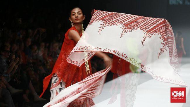 Setiap helai kain seolah merayu dan menggoda lewat corak dan warna. Obin menuangkan tiap sentuhannya untuk menghadirkan rayuan 100 helai kain.