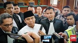Di Tengah Pemeriksaan, Gus Nur Salat Magrib Jadi Makmum