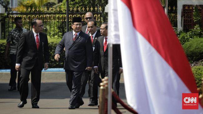 Wakil Menteri Pertahanan Wahyu Sakti Trenggono sempat bertemu dengan Prabowo di Istana. Prabowo pun bergurau tentang pembagian tugas dengan Trenggono.