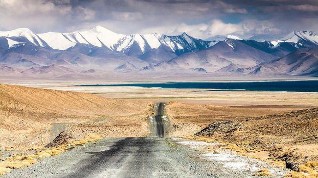 Nuansa Asia dan Eropa berpadu dengan apik di tengah kecantikan alam Asia Tengah.