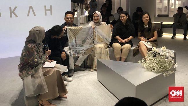 Desainer Ria Miranda berkolaborasi dengan kecerdasan buatan untuk membuat desain hijab dalam memperingati 10 tahun berkarya di industri mode.