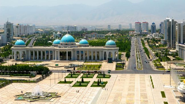 Gladi resik Hari Kesehatan Dunia diikuti ribuan warga Turkmenistan dengan tidak menjaga jarak untuk menghindari penularan virus corona.