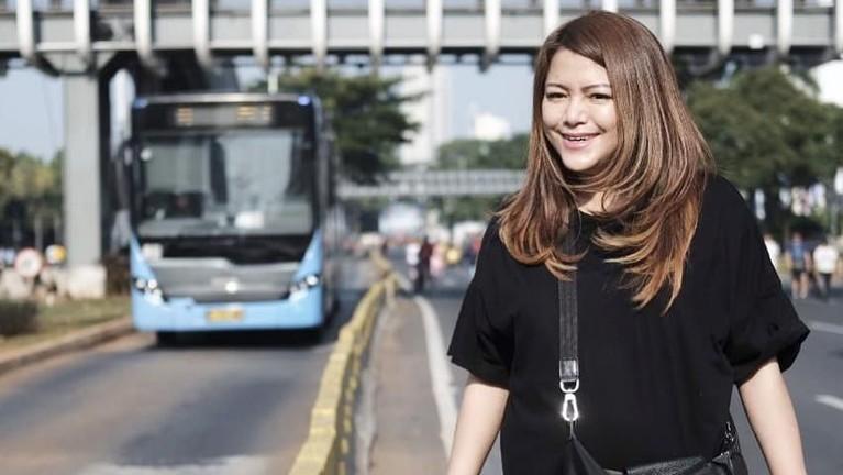 Masih dengan kaus hitamnya, istri Anji eks Drive ini pergi ke car free day untuk berolahraga. Wina menyempatkan diri untuk berpose.
