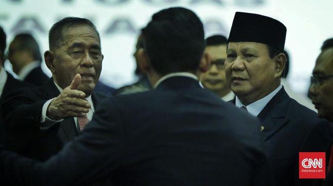 Setelah ikut salat jumat perdana di Kementerian Pertahanan, Menhan Prabowo membagikan sembako ke anak yatim dan dikerubungi warga yang ingin berswafoto.