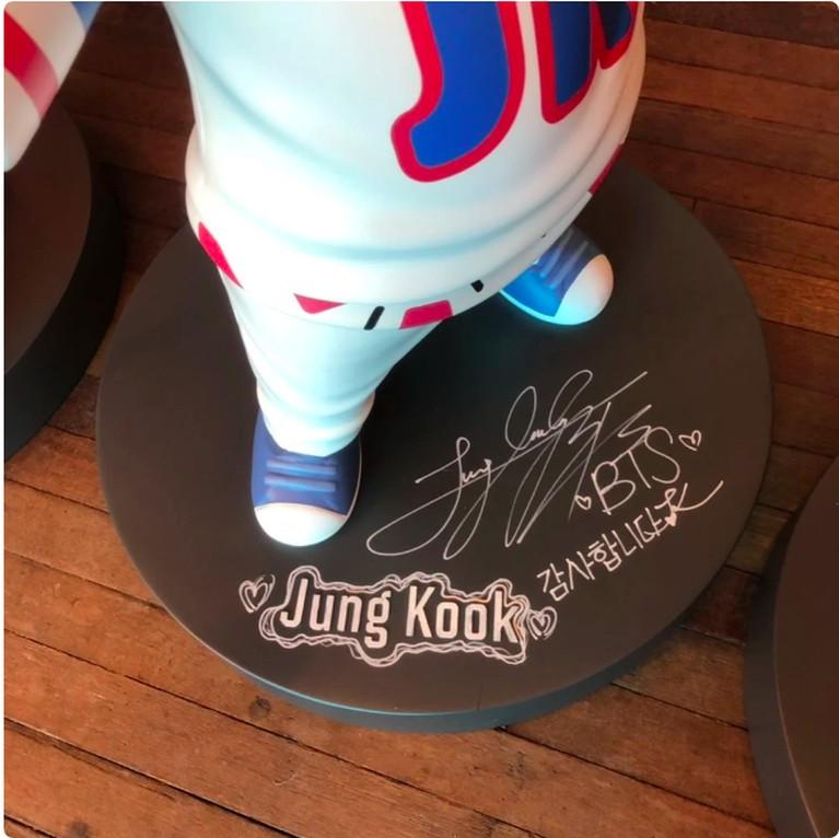 Jungkook menulis,