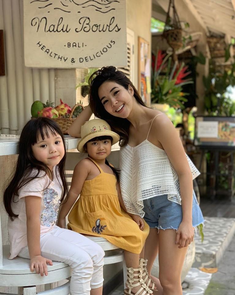 Saat berlibur, Gisel juga tampil seksi saat berlibur di Bali dengan menggunakan tank top putih dan celana hot pants jeans.