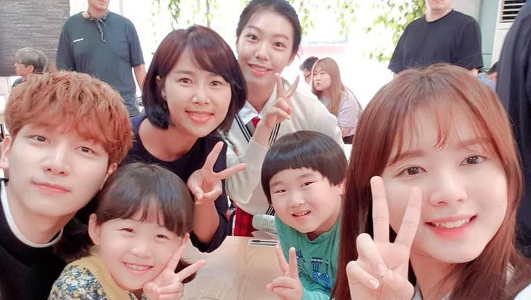 Wanita Indonesia ini juga membuat penggemar heboh ketika berpose dengan personel boyband VIXX, Hyuk. Mereka bertemu saat syuting drama Great Show.