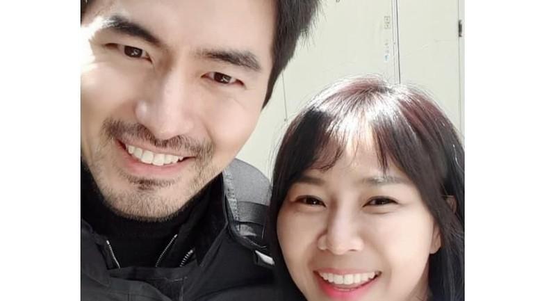Yannie Kim bikin penggemar aktor Lee Jin Wook menahan napas saat mereka berpose bersama. Yannie bertemu dengan aktor tampan tersebut di drama Voice 3. Foto akrab Yannie Kim dengan Lee Jin Wook ini bikin iri penggemar drama Korea.