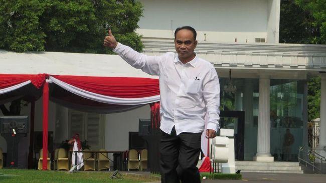 Pantauan CNNIndonesia.com, kader PSI Surya Tjandra dan Ketua Projo Budi Arie Setiadi datang memakai kemeja putih dan celana hitam.