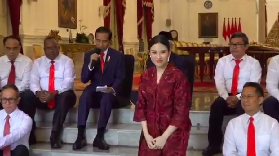 Berkebaya Merah, Cantiknya Angela Tanoesoedibjo di Pelantikan Wamen