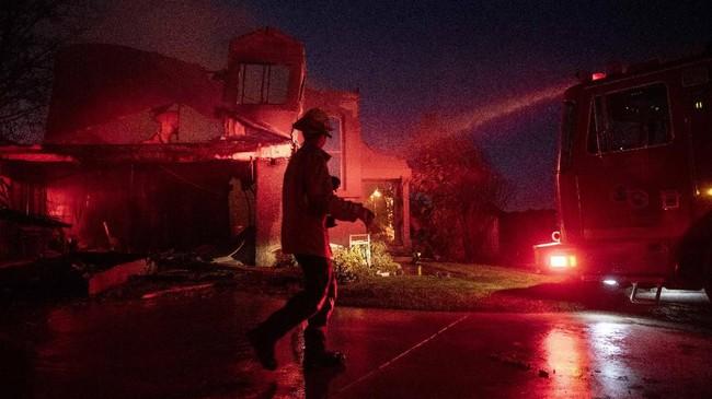 Pemerintah Negara Bagian California, Amerika Serikat, memutuskan memadamkan aliran listrik akibat dampak kebakaran hutan dan lahan.