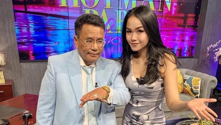 Selain menyanyi, perempuan 21 tahun ini juga merambah kariernya sebagai host. Tenny menjadi co-host di acara talkshow bersama Hotman Paris.