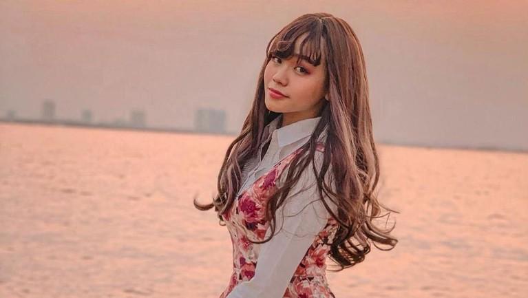 Tenny Amelia Putri merupakan gadis cantik pendatang baru di dunia hiburan.